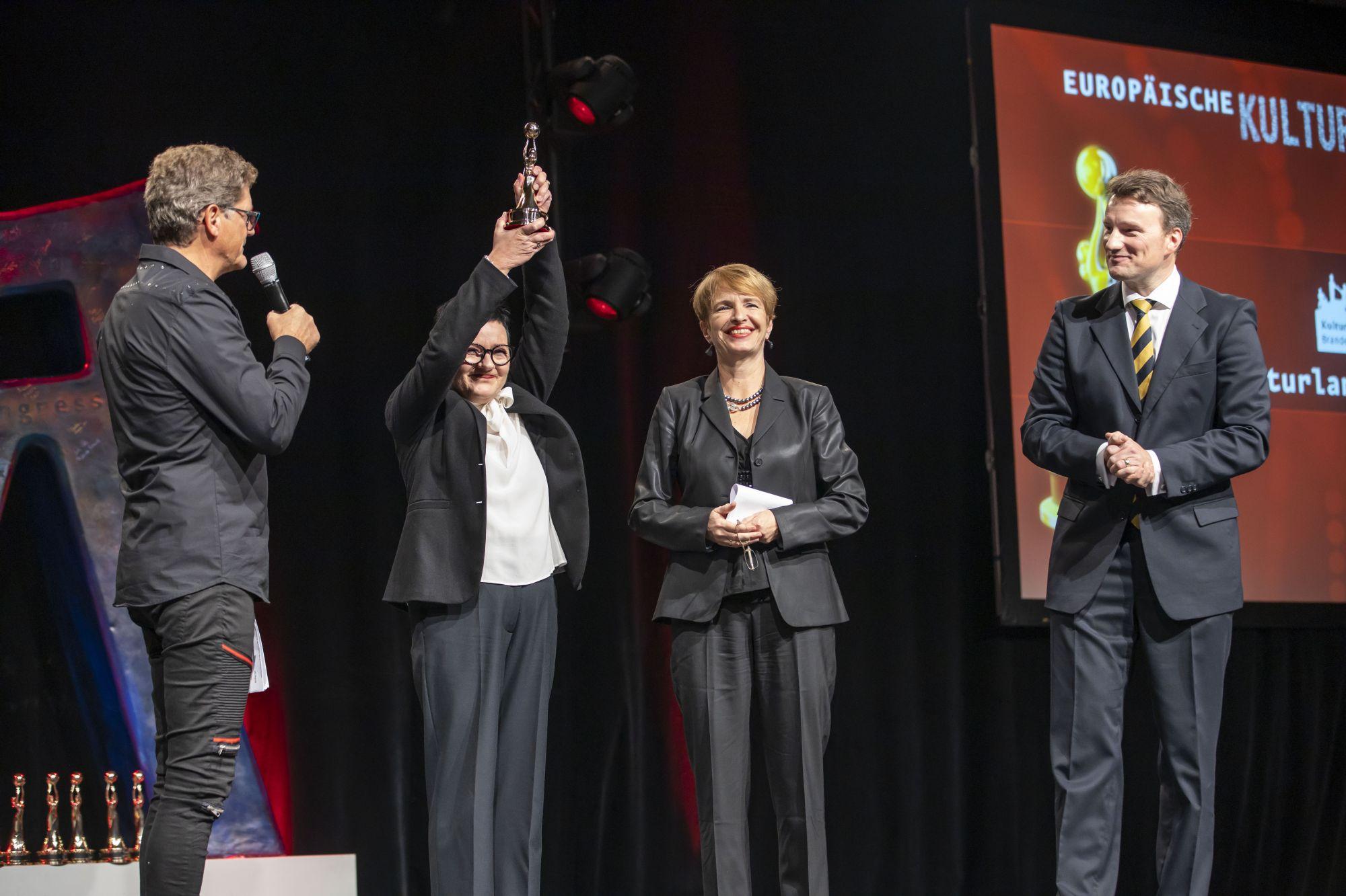 Moderator, Brigitte Faber-Schmidt (Geschäftsführerin Kulturland Brandenburg), Dr. Martina Münch (Kulturministerin Brandenburg), Dr. Hagen W. Lippe-Weißenfeld (Vorstand Kulturpolitische Gesellschaft und Jury-Präsident Europäischer Kulturmarken-Award), Copyright: Hans-Conrad Walter