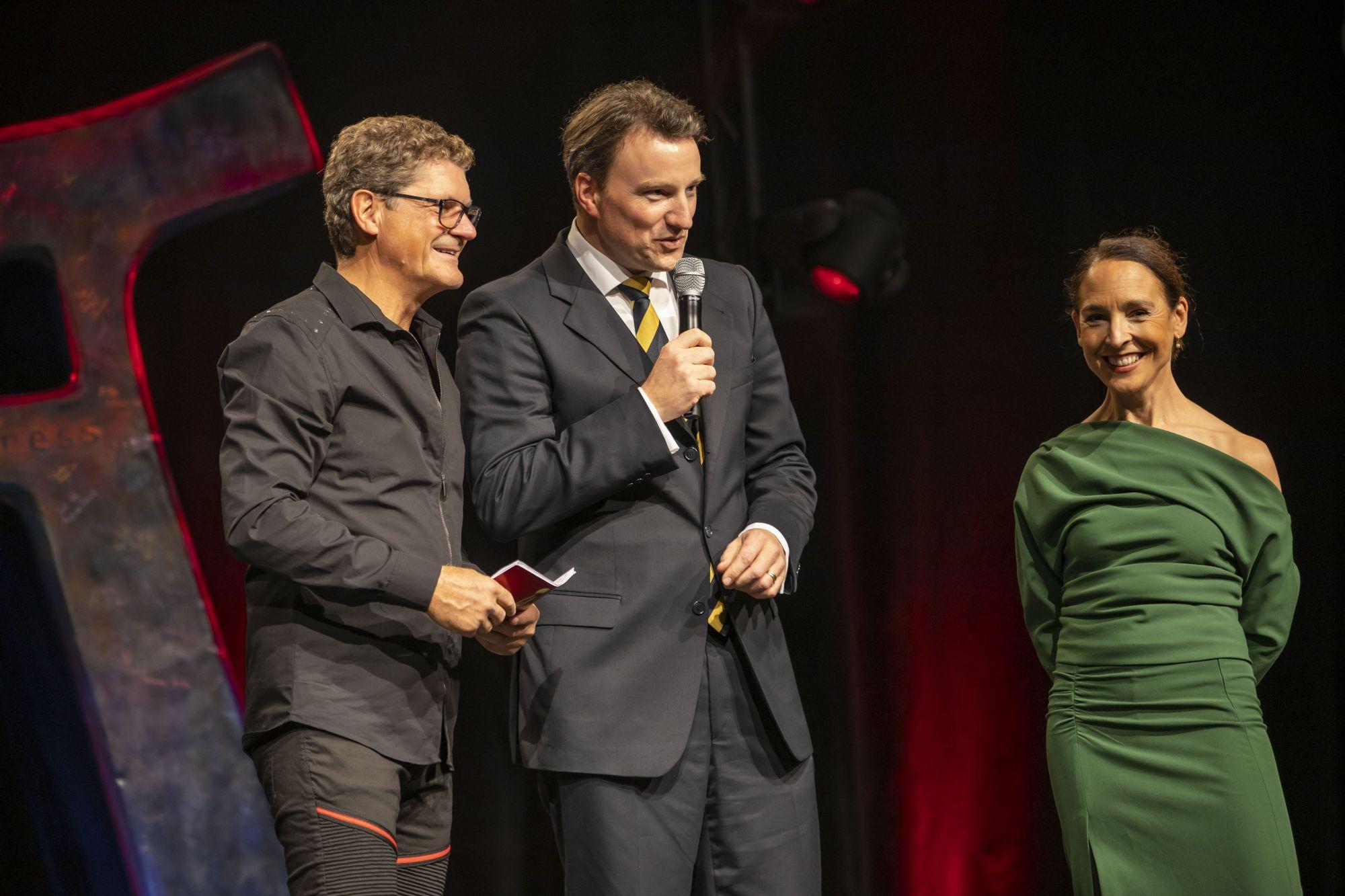 Dr. Hagen W. Lippe-Weißenfeld (Vorstand Kulturpolitische Gesellschaft und Jury-Präsident Europäischer Kulturmarken-Award) mit den beiden Moderatoren der Kulturmarken-Gala, Copyright: Hans-Conrad Walter