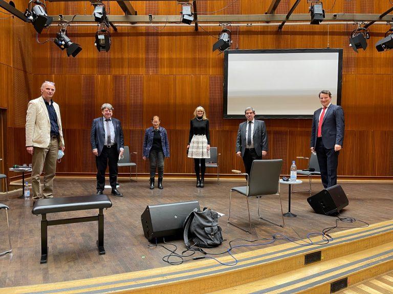"""WDR3-Diskussionrunde v.l.n.r.: Moderator Dr. Michael Köhler (WDR/DLF), Politikwissenschafter Prof. Dr. Ulrich v. Alemann, Prof. Dr. Getrude Cepl-Kaufmann (Leiterin des Instituts """"Moderne im Rheinland"""" an der Heinrich-Heine-Universität), LWL-Kulturdezernentin Barbara Rüschoff-Parzinger, Prof. Dr. Hans Walter Hütter (Präsident Haus der Geschichte der BRD und Präsident Haus der Geschichte NRW), Dr. Hagen W. Lippe-Weißenfeld (Vorstand Kulturpolitische Gesellschaft)."""